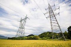 высокие линии напряжение тока силы Стоковые Изображения