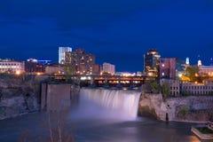 Высокие падения Rochester, Нью-Йорк на ноче Стоковое Изображение RF
