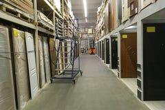 Высокие полки в современном магазине storehouse распределения для Стоковые Фотографии RF