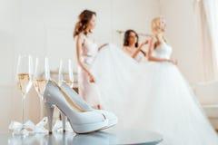Высокие пятки и шампанское с невестой с bridesmaids стоковая фотография rf