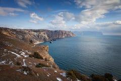 Высокие скалы над морем под голубым небом с облаками Fiolent Стоковые Фото