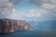 Высокие скалы над морем под голубым небом с облаками Fiolent Стоковое фото RF