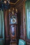 Высокие стоячие час в богато украшенной спальне Стоковое Изображение RF