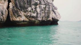 Высокие утесы в море движение медленное Таиланд 1920x1080 видеоматериал