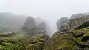 Высокие утесы в тумане стоковые изображения rf