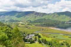 Высокие шпионка и девушка причаливают горы и район озера вод Derwent к югу от Keswick повысил взгляд Стоковые Изображения