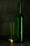 Высокий бокал сделанный от зеленого стекла Отсутствие содержания Стекло и пробочка камера искусства красивейшая eyes способ полны Стоковые Изображения