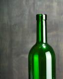 Высокий бокал сделанный от зеленого стекла Отсутствие содержания камера искусства красивейшая eyes способ полные губы ключа зелен Стоковое Фото