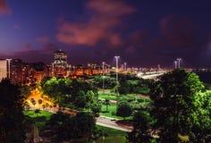 Высокий взгляд ночи перспективы Aterro делает Flamengo, в Рио-де-Жанейро, Бразилия стоковые изображения rf
