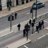 Высокий взгляд перспективы пешеходов работника офицера в городе Лондона пересекая улицу Стоковые Фотографии RF