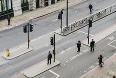 Высокий взгляд перспективы пешеходов работника офицера в городе Лондона пересекая улицу Стоковое Фото
