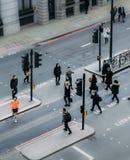 Высокий взгляд перспективы пешеходов работника офицера в городе Лондона пересекая улицу Стоковое фото RF