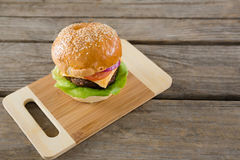 Высокий взгляд ангела гамбургера с сыром на разделочной доске Стоковая Фотография