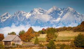 Высокий взгляд осени Tatras с снежком на горных склонах (Словакия) Стоковые Изображения RF