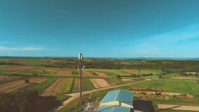 Высокий вид с воздуха хранения зерна земледелия в изумляя ландшафте природы 4K