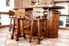 высокий деревянный бар предводительствует стоящий близко стол бара Стоковое фото RF