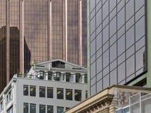 Самомоднейшим фасады стекл-огороженные городским пейзажем строя Стоковое фото RF