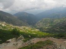 Высокий пейзаж горного вида с облаками шторма и золотым ligh стоковое фото rf
