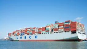 ВЫСОКИЙ ПРОФЕССИОНАЛИЗМ грузового корабля COSCO уходя порт Окленд стоковая фотография rf