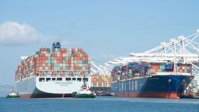 ВЫСОКИЙ ПРОФЕССИОНАЛИЗМ грузового корабля COSCO уходя порт Окленд стоковые фотографии rf
