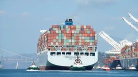 ВЫСОКИЙ ПРОФЕССИОНАЛИЗМ грузового корабля COSCO уходя порт Окленд стоковые изображения
