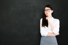 Высокий профессионализм азиатского учителя думая лучший учитель чем medio стоковое изображение