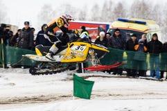 Высокий прыжок спортсмена на снегоходе стоковые изображения rf