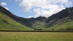 Высокий район озера горы Stile осмотрел от Buttermere озера Cumbria Англию Великобританию в солнечности лета сток-видео