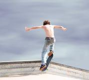 высокий скейтбордист вверх Стоковое Фото