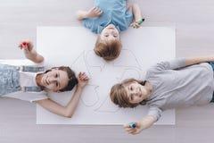 Высокий угол усмехаясь детей стоковая фотография rf