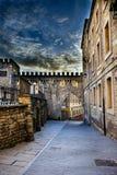 Высокий фотоснимок динамического диапазона улицы в старой части Vitoria, Испании, с частью crenellated стены и свой стоковое изображение
