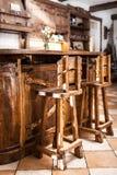 2 высоких деревянных стуль бара в стиле страны Стоковые Фотографии RF