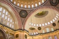 Высоки украшенный интерьер мечети Стоковые Фотографии RF