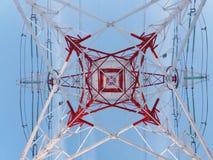 Высоковольтная башня линии электропередач смотря от дна Стоковые Изображения RF