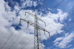 Высоковольтная башня передачи на поле Стоковое фото RF
