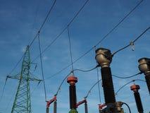 Высоковольтная линия с частью switchgear на предпосылке голубого неба стоковое изображение