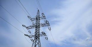 Высоковольтная передающая линия электричества на предпосылке голубого неба стоковые фото