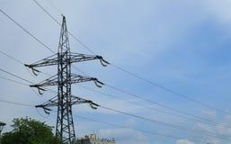 Высоковольтная передающая линия электричества на предпосылке голубого неба стоковые изображения