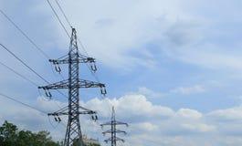 Высоковольтная передающая линия электричества на предпосылке голубого неба стоковое изображение rf