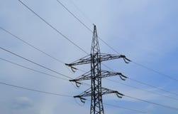 Высоковольтная передающая линия электричества на предпосылке голубого неба стоковое фото