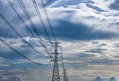 Высоковольтные башни и небо передачи Стоковое фото RF