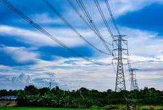 Высоковольтные башни и небо передачи Стоковые Изображения RF