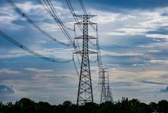 Высоковольтные башни и небо передачи Стоковое Изображение RF