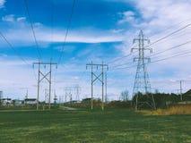Высоковольтные башни провода стоковое фото