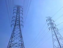 Высоковольтные башни с предпосылкой неба стоковое фото rf