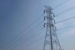 Высоковольтные башни с предпосылкой неба стоковые фотографии rf