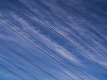 высоковольтные кабели против неба стоковое фото