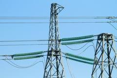 Высоковольтные линии электропередач на заходе солнца Станция распределения электричества Высоковольтная башня передачи электроэне Стоковое Фото