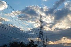 Высоковольтные линии электропередач на заходе солнца Станция распределения электричества стоковое фото rf