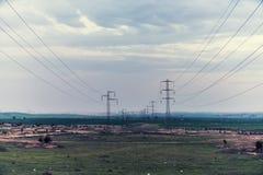 Высоковольтные поляки с проводами Стоковые Изображения RF